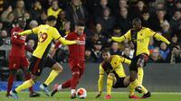 Gelandang Liverpool, Alex Oxlade-Chamberlain, berusaha melewati pemain Watford pada laga Premier League di Stadion Vicarage Road, Sabtu (29/2/2020). Watford menang 3-0 atas Liverpool. (AP/Alastair Grant)