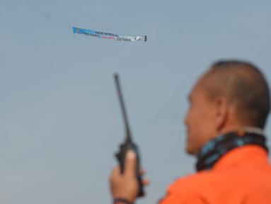 """Anggota FASI, organisasi ordirga berbasis komunitas binaan TNI AU, menerbangkan pesawat Microlight Trike yang membawa spanduk """"Terimakasih pada Tim Medis COVID-19"""" di kawasan RS darurat penanganan Covid-19 Wisma Atlet Kemayoran, Jakarta, Sabtu (20/6/2020). (merdeka.com/Iqbal S Nugroho)"""
