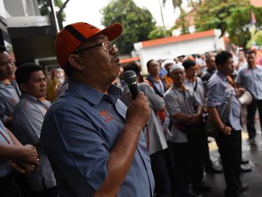 Seorang karyawan PT Pos Indonesia berorasi saat berunjuk rasa di depan Gedung Direksi PT Pos Indonesia, Jakarta, Senin (25/6). Mereka menuntut direksi membagi keuntungan kepada para pekerja sesuai dengan perjanjian kerja sama. (Liputan6.com/Arya Manggala)