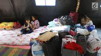 Anak-anak beristirahat di posko pengungsian SDN 10/11 Pagi Cipinang Utara, Jakarta, Selasa (20/8/2019). Puluhan warga terdampak kebakaran di Kawasan Prumpung, Jatinegara saat ini masih sangat membutuhkan bantuan seperti alas tidur dan popok bayi. (Liputan6.com/Herman Zakharia)