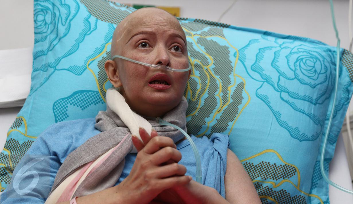 Yana Zein saat diwawancari oleh wartawan di Rumah Sakit Siloam, Jakarta, Selasa (3/1). Yana Zein menjelaskan kondisi kesehatannya selama 15 hari mendapatkan perawatan insentif. (Liputan6.com/Herman Zakharia)