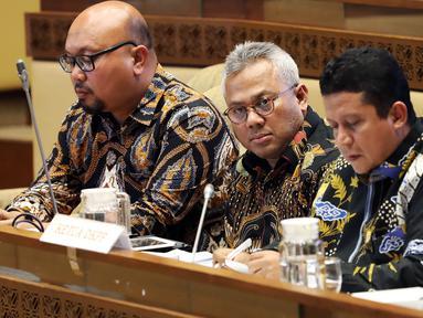 Ketua KPU Arief Budiman (tengah) mengikuti rapat kerja dengan Komisi II DPR di Kompleks Parlemen Senayan, Jakarta, Selasa (14/1/2020). Rapat tersebut membahas Pilkada Serentak 2020 hingga kasus operasi tangkap tangan (OTT) yang menjerat Komisioner KPU Wahyu Setiawan. (Liputan6.com/Johan Tallo)