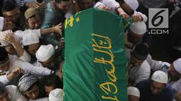 Jemaah membawa jenazah Ustaz Arifin Ilham untuk disalatkan di Masjid Az Zikra, Sentul, Bogor, Kamis (23/5/2019). Setelah disalatkan di Az Zikra Sentul, jenazah dibawa ke Masjid Az Zikra Gunung Sindur. (Kapanlagi.com/Budy Santoso)