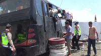 Sebuah bus pariwisata mengalami kecelakaan di Selarong, Puncak, Kabupaten Bogor, Minggu (21/4/2019). Enam penumpang luka akibat kejadian tersebut.