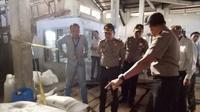 Kapolresta Jambi, Kombes Fauzi Dalimunthe mengecek gudang yang diduga jadi lokasi pengoplosan dan penimbunan garam. (Liputan6.com/B Santoso)
