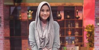 Zaskia Adya Mecca, selebriti wanita yang satu ini memang sangat terkenal akan ciri khasnya berhijab. Istri Hanung Bramantyo ini sungguh menginspirasi kaum hawa yang mengenakan hijab di Indonesia. (instagram/Bintang.com)