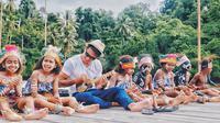 Pemain film Kartini ini terlihat sedang bernyanyi bersama anak-anak saat berkunjung ke Raja Ampat. (Foto: instagram.com/sumargodenny)