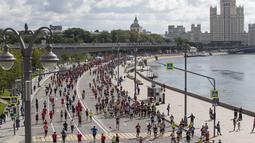 Para pelari berkompetisi dalam Moscow Half Marathon di Moskow, Rusia (2/8/2020). Peserta dalam lari terpisah sejauh 5 km (3,11 mil) juga diminta untuk mengikuti aturan jarak sosial, meskipun ini dapat menjadi tantangan saat balapan. (Xinhua/Alexander Zemlianichenko Jr)