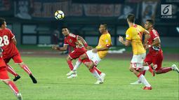 Pemain tengah Selangor FA, Evan Dimas Darmono (tengah) saat laga persahabatan melawan Persija di Stadion Patriot Candrabhaga, Bekasi, Kamis (6/9). Persija kalah 1-2. (Liputan6.com/Helmi Fithriansyah)