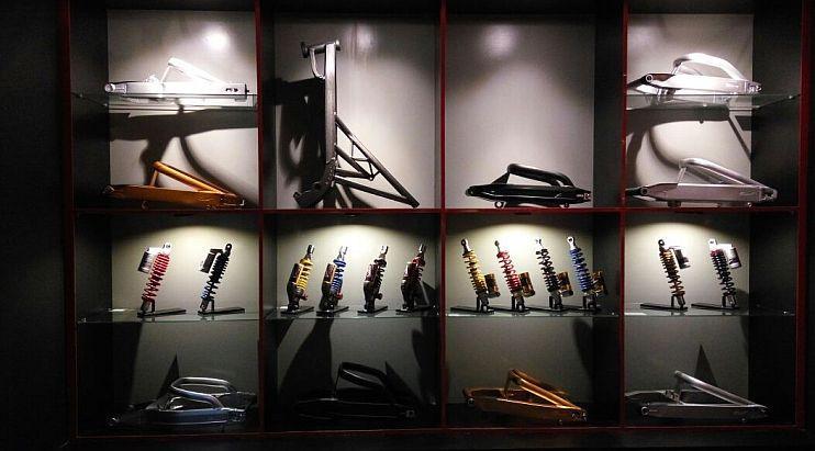 idak hanya beragam pelek yang dipamerkan, tetapi juga produk lainnya, seperti shockbreaker, swingarm hingga sasis motor. (Septian/Liputan6.com)