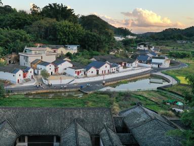 Foto dari udara menunjukkan pemandangan Desa Yushui yang telah direnovasi di Chengbei, Kota Meizhou, Provinsi Guangdong, China selatan (20/11/2020). Meizhou merupakan kampung halaman bagi banyak warga China yang merantau ke luar negeri. (Xinhua/Li He)