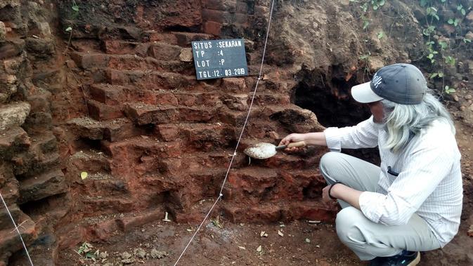 Ekskavasi struktur batu bata peninggalan masa pra Majapahit di Malang, Jawa Timur, yang ditemukan di proyek Tol Malang - Pandaan (Liputan6.com/Zainul Arifin)