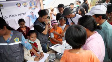 Warga pengungsi Gunung Agung memeriksa kesehatan di Posko Pengungsi Rendang, Bali, Sabtu (2/12). Keberadaan pos kesehatan tersebut dimanfaatkan warga untuk mengecek kesehatan, meskipun dengan kondisi yang seadanya. (Liputan6.com/Immanuel Antonius)