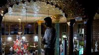 Pria Kashmir melaksanakan salat saat bulan ramadan di salah satu masjid tertua, Masjid Shah-e-Hamdan, di Srinagar, Kashmir yang dikuasai India, 9 Mei 2019. Umat Islam di seluruh dunia sedang menjalankan puasa Ramadan dengan menahan lapar, haus, dan hawa nafsu mulai fajar hingga senja. (AP/Dar Yasin)