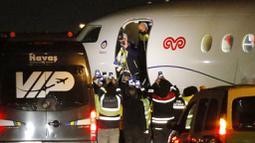 Pesepak bola asal Jerman, Mesut Ozil, turun dari pesawat saat tiba di Bandara Ataturk, Turki, Senin (18/1/2021). Setelah memutuskan hengkang dari Arsenal, Ozil akan memperkuat klub asal Turki, Fenerbahce. (AP Photo)