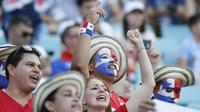 Para suporter Panama saat pertandingan melawan Belgia pada laga Piala Dunia 2018 di Stadion Fisht, Senin (18/6/2018). Belgia menang 3-0 atas Panama. (AP/Antonio Calanni)
