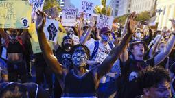 Demonstran memprotes atas kematian George Floyd di dekat Gedung Putih di Washington, AS (4/6/2020). George Floyd, seorang pria kulit hitam meninggal setelah ditahan oleh petugas kepolisian Minneapolis pada 25 Mei. (AP Photo/Evan Vucci)