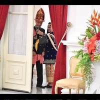 Foto candid Presiden Joko Widodo dan Ibu Iriana tengah berselfie sebelum Upacara HUT RI ke-73 (Foto: Instagram @jokowi)