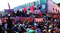 Komite Nasional Papua Barat (KNPB) menggelar unjuk rasa di Jalan Waena, Abepura, Kota Jayapura, Papua. (Liputan6.com/Katharina Janur)