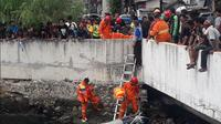 Proses pencarian buaya di Kali Grogol. (Twitter TMC Polda Metro Jaya)