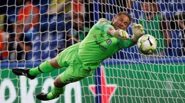 Kiper Chelsea, Robert Green menahan tendangan penalti Pape Cheikh Diop saat Chelsea menghadapi Lyon dalam International Champions Cup (ICC) di Stamford Bridge, London, Inggris, Selasa (7/8). Chelsea menang 5-4 atas Lyon. (Ian KINGTON/AFP)