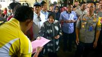 Wali Kota Surabaya Tri Rismaharini (Risma) bersama jajarannya menyambangi korban kebakaran di Asrama Polisi (Aspol), Jalan Tanjungsari, Tandes Surabaya