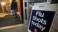 Sebuah papan pengumuman yang menginformasikan ketersediaan vaksinasi flu dipasang di luar toko obat CVS di New York, Amerika Serikat, pada 15 Januari 2013. (Xinhua/Wang Lei)
