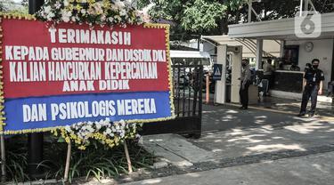 Karangan bunga di Balai Kota DKI Jakarta, Senin (6/7/2020). Karangan bunga yang dipasang Relawan PPDB DKI Jakarta 2020 itu sebagai bentuk kekecewaan terhadap Anies Baswedan dan Kadisdik DKI atas aturan umur serta akreditasi dalam penerimaan siswa baru Jalur Zonasi. (merdeka.com/Iqbal Nugroho)