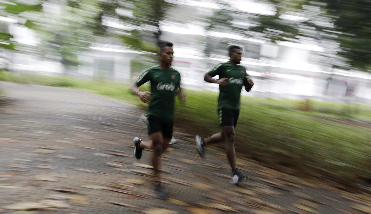 Pemain Timnas Indonesia U-23, Osvaldo Haay dan Marinus Wanewar, berlari saat latihan fisik di Bukit Senayan, Jakarta, Rabu (6/3). Latihan ini merupakan persiapan jelang kualifikasi Piala AFC U-23. (Bola.com/Yoppy Renato)