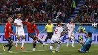 Proses terjadinya gol yang dicetak gelandang Spanyol, Isco, ke gawang Maroko pada laga grup B Piala Dunia di Stadion Kaliningrad, Kaliningrad, Senin (25/6/2018). Kedua negara bermain imbang 2-2. (AP/Manu Fernandez)