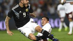 Ekspresi Mauro Icardi yang meringis kesakitan saat dilanggar pemain timnas Meksiko Meksiko pada laga persahabatan yang berlangsung di stadion Malvinas, Rabu (21/11). Argentina menang 2-0 atas Meksiko (AFP/Andres Larrovere)