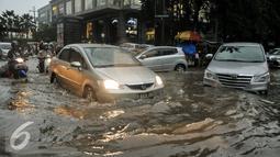 Sejumlah kendaraan nekat melewati jalan yang tergenang air mencapai 80 cm di Jalan Kemang, Jakarta, Jumat (11/11). Diguyur hujan deras, Jalan Kemang Raya kembali tegenang air. (Liputan6.com/Yoppy Renato)