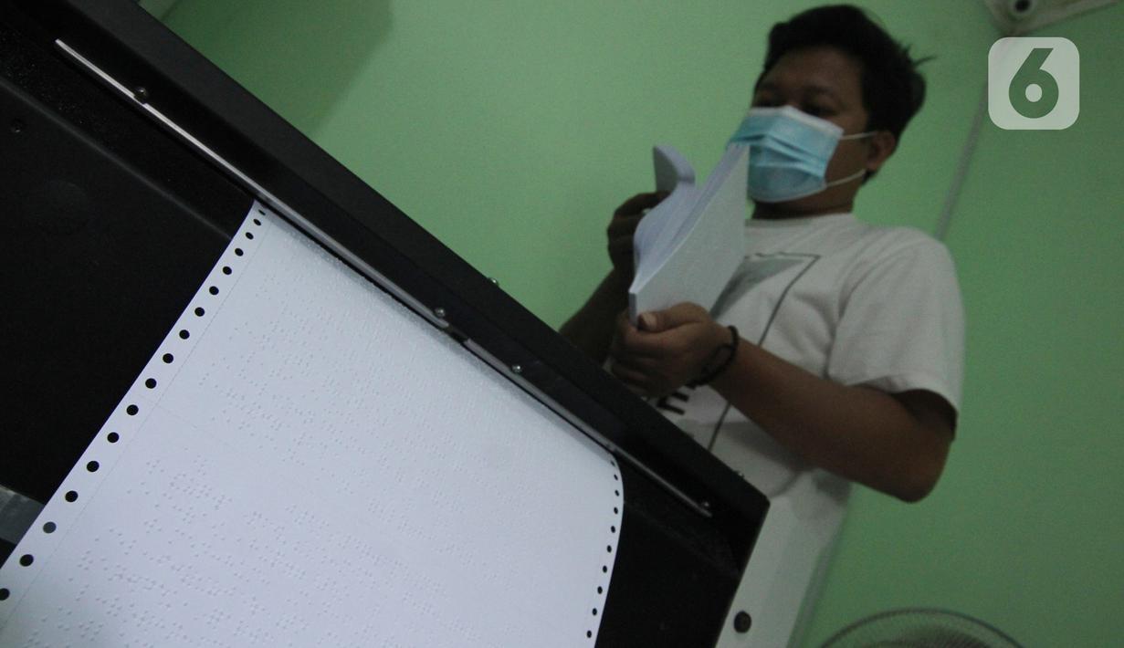 Petugas menyelesaikan pembuatan Alquran braille di Yayasan Raudlatul Makfufin (Taman Tunanetra) Buaran, Kota Tangerang Selatan, Jumat (23/4/2021). Dalam kesehariannya, yayasan tersebut dapat memproduksi 5 Alquran braille dengan penyebaran hingga ke luar negeri. (Liputan6.com/Angga Yuniar)