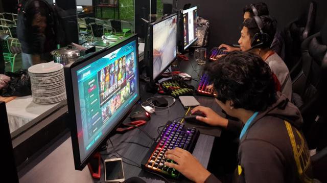 Beberapa gamer sedang bermain gim (Dewi Widya Ningrum/Liputan6.com)