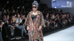 Menteri KKP, Susi Pudjiastuti memperagakan busana rancangan Anne Avantie pada Jakarta Fashion Week 2019 di Senayan City, Selasa (23/10). Anne menampilkan busana yang terinspirasi dari bencana gempa di Lombok, Palu dan Donggala (Liputan6.com/Faizal Fanani)