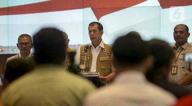 Kepala BNPB Letjen TNI Doni Monardo mengumumkan pembentukan gugus percepatan tugas penaganan Coronavirus Disease-2019 (Covid-19) di Jakarta, Sabtu (14/3/2020). Pemerintah pusat membentuk Tim Gugus Tugas Percepatan Penanganan Corona yang dipimpin Kepala BNPB Doni Monardo. (merdeka.com/Imam Buhori)