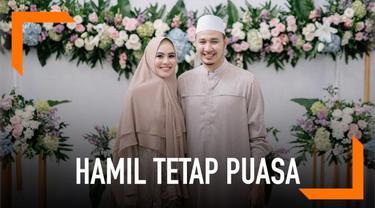 Meski sedang hamil anak pertama, bukan berarti Kartika Putri dimanja oleh sang suami. Nyatanya, Habib Usman bin Yahya tetap mewajibkan Kartika untuk menjalani ibadah puasa Ramadan.