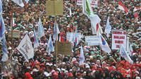 Ribuan orang yang tergabung dalam Forum Honorer Kategori 2 (FHK2I) berunjuk rasa di depan Istana Merdeka, Jakarta, Rabu (10/2). Guru honorer dari seluruh Indonesia itu menuntut Pemerintah agar mengangkat mereka sebagai PNS. (Liputan6.com/Gempur M Surya)