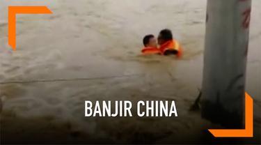 Musibah banjir menerjang sejumlah kota di Provinsi Jianxi China. Ratusan ribu warga terpaksa mengungsi akibat banjir, sebagian sempat terjebak kepungan air banjir.