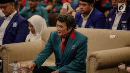 Ketua Umum Partai Idaman Rhoma Irama saat menhadiri deklarasi bergabungnya Partai Idaman ke PAN di di Jakarta, Sabtu (12/5). Partai Idaman resmi bergabung dengan Partai Amanat Nasional (PAN) untuk menghadapi pemilu 2019. (Liputan6.com/Faizal Fanani)