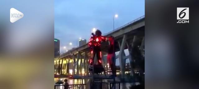 Aksi memukau iron man saat terbang di langit malam Singapura terekam kamera.