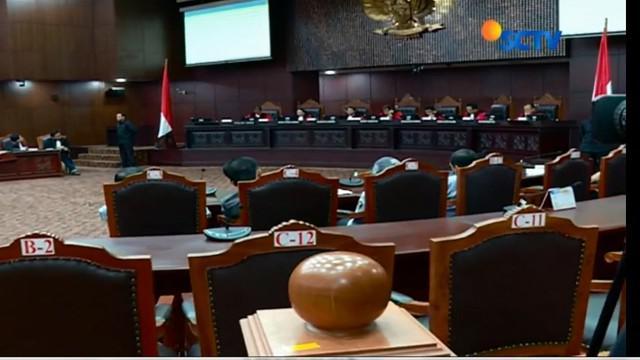 Sembilan hakim  Mahkamah Konstitusi memutuskan mengabulkan seluruh permohonan empat penganut kepercayaan.