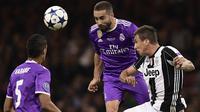 Bek Real Madrid, Dani Carvajal, membuang bola dari striker Juventus, Mario Mandzukic, pada laga final Liga Champions di Stadion Stadion Millenium, Cardiff, Sabtu (3/6/2017). Madrid menang 4-1 atas Juventus. (AFP/Javier Soriano)
