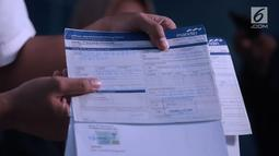 Petugas Tipideksus Bareskrim Polri menunjukkan barang bukti penipuan dan penggelapan saham pasar modal saat rilis di Jakarta, Rabu (17/10). Bareskrim mengungkap penipuan dan penggelapan saham dengan kerugian Rp 55 M. (Liputan6.com/Helmi Fithriansyah)