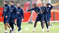 Para pemain Manchester United menghadiri sesi pelatihan tim di AON Training Complex, Carrington, Inggris barat laut (1/10). MU akan bertanding melawan wakil Spanyol, Valencia pada lanjutan grup H Liga Champions di Old Trafford. (Martin Rickett/PA via AP)