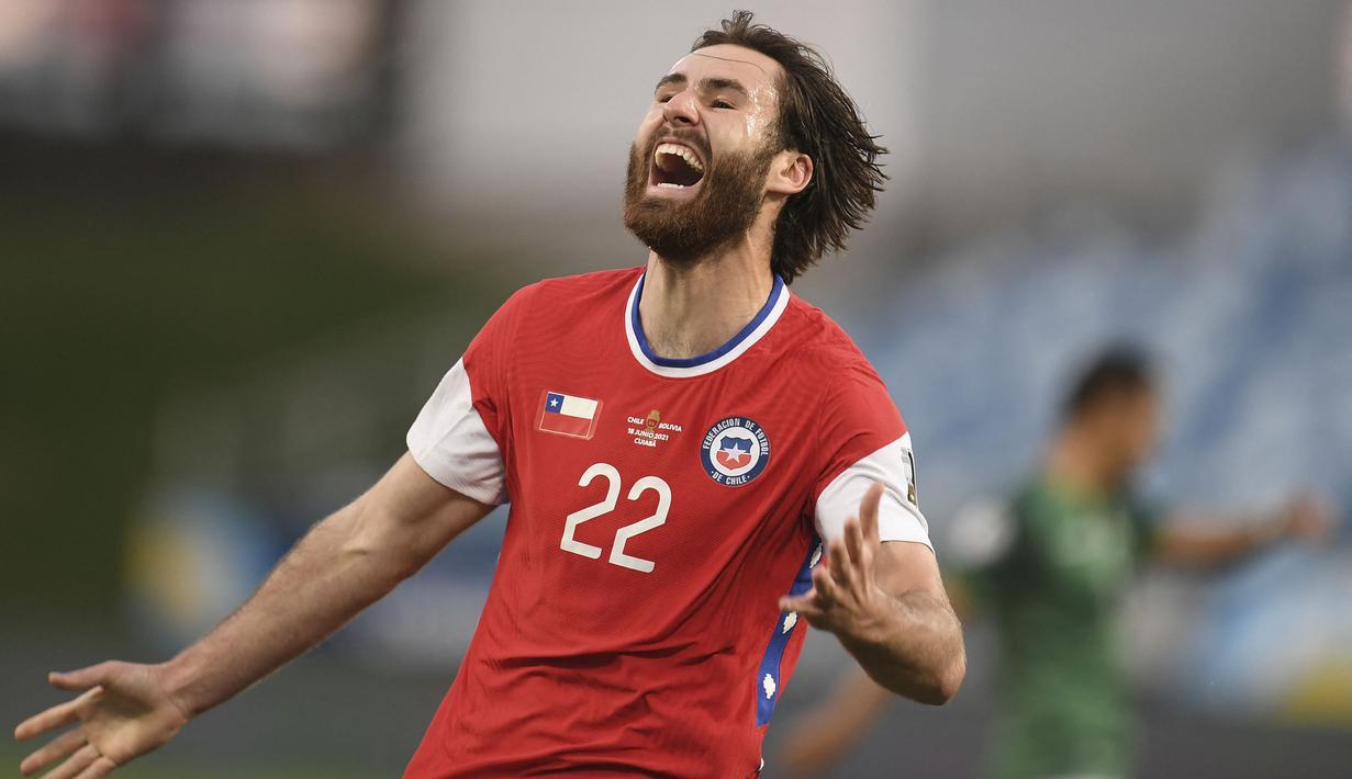 Chile yang sejak awal tampil menyerang akhirnya memecah kebuntuan pada menit ke-10. Ben Brereton sukses melesatkan si kulit bundar ke pojok kanan bawah gawang Bolivia. Papan skor berubah menjadi 1-0 dengan keunggulan Chile. (Foto: AFP/ Douglas Magno)