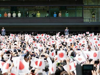 Kaisar Jepang Naruhito dan Permaisuri Masako saat menyapa simpatisan dalam penampilan perdananya ke publik di Istana Kekaisaran di Tokyo, Jepang (4/5/2019). Naruhito resmi menjadi penguasa monarki tertua dunia setelah sang ayah, Kaisar Akihito, resmi turun takhta. (AP Photo/Eugene Hoshiko)