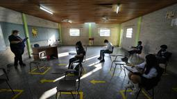 Murid kelas tujuh mengikuti hari pertama sekolah tatap muka di National School 1044 Santa Ana, Asuncion, Paraguay, Senin (30/8/2021). Sekolah tatap muka digelar setelah satu setengah tahun belajar jarak jauh di tengah pandemi COVID-19. (AP Photo/Jorge Saenz)