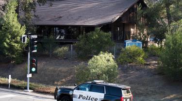 Mobil polisi parkir di dekat lokasi penembakan massal di Borderline Bar & Grill di Thousand Oaks, California (8/11). Pelaku penembakan di bar tersebut diduga pernah bertugas di Korps Marinir pada 2008-2013. (AFP Photo/Robyn Beck)