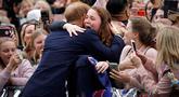 Pangeran Harry memberi pelukan seorang wanita, India Brown setibanya mengunjungi Royal Botanic Gardens di Melbourne, Australia, Kamis (16/10).Wanita itu menangis saat Pangeran Harry menarik dan memberinya pelukan yang manis. (Phil Noble/Pool via AP)